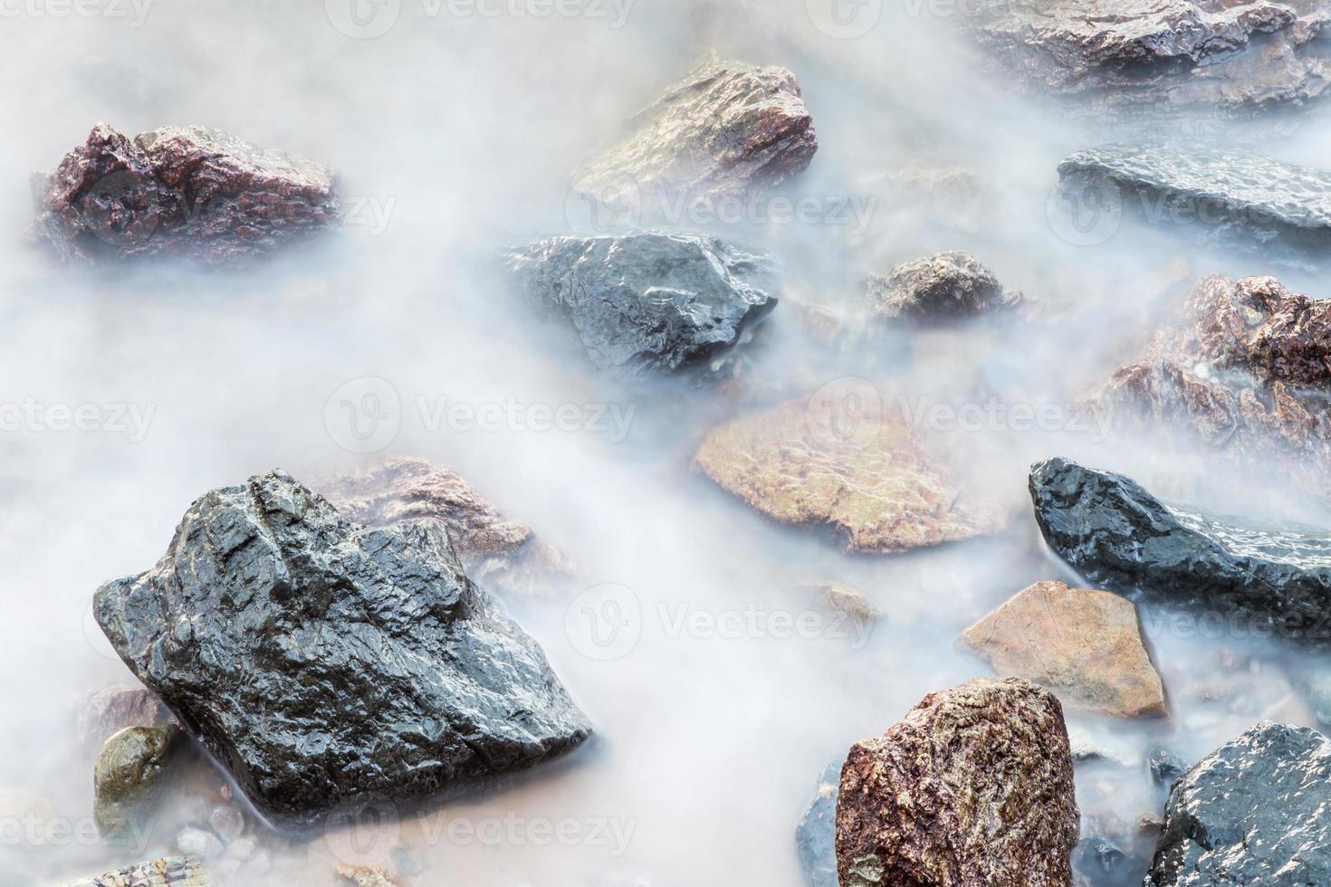de rotsen in de zee foto