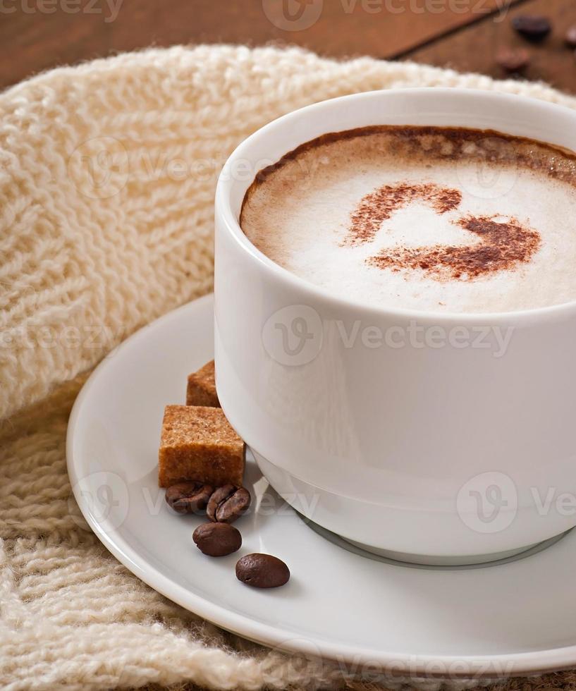 kopje latte op de oude houten achtergrond foto