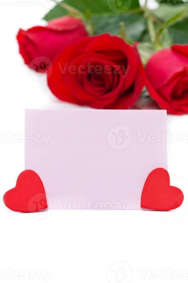 roze kaart voor groeten, harten en rode rozen, geïsoleerd foto