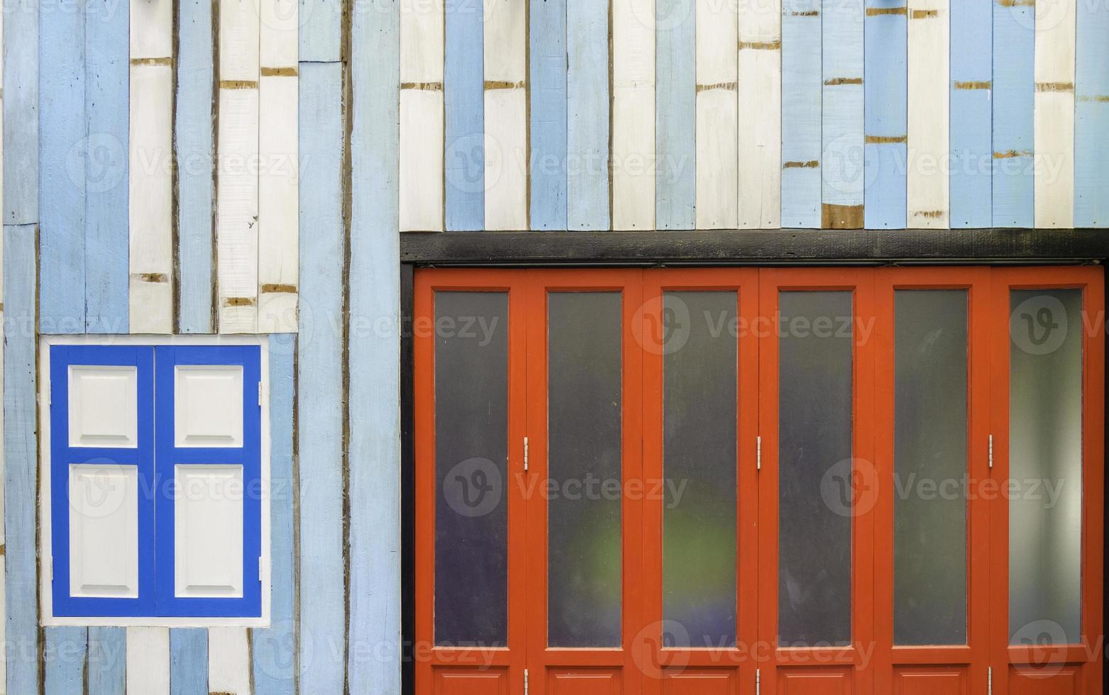 voorkant van een huis geschilderd in patronen en kleuren foto
