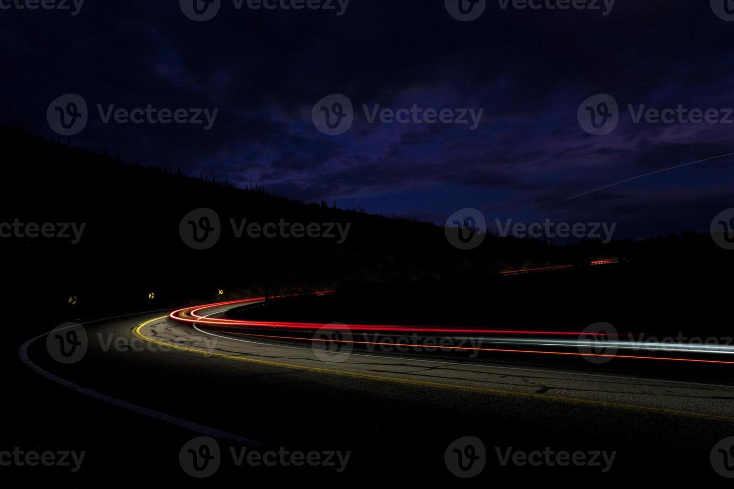 autolicht op tusen staten in bergwoestijn foto