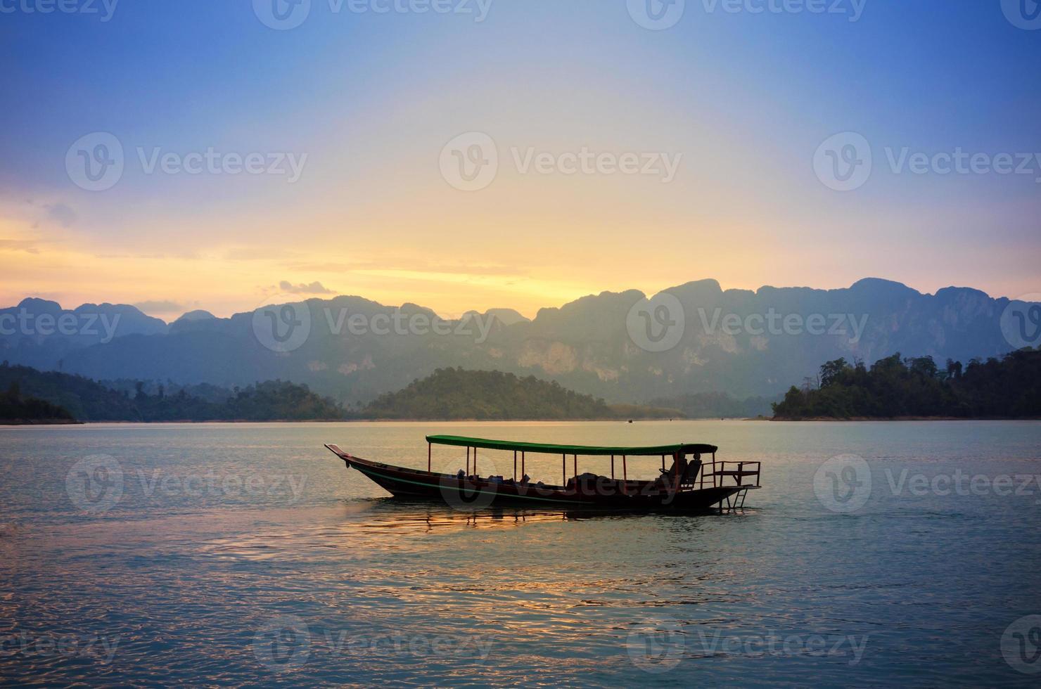 traditionele Thaise lange staartboot bij zonsondergang, surat thani, Thailand foto