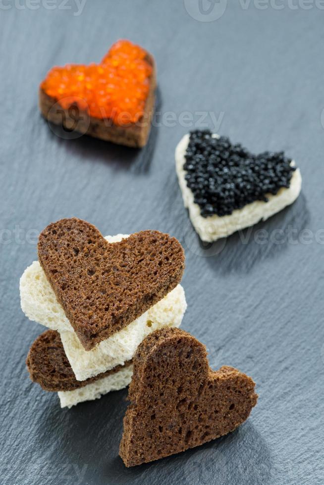 feestelijk voorgerecht - toast met rode en zwarte kaviaar foto