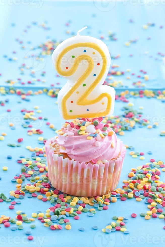 kleine cupcake met roze glazuur en hagelslag foto