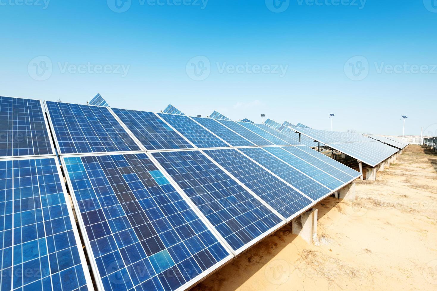zonnepanelen tegen blauwe hemel foto
