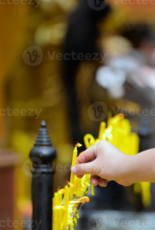 kaarsen voor het aanbidden van het boeddhisme foto