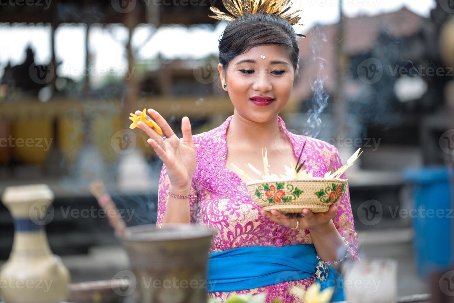 jonge Balinese vrouw bidden foto