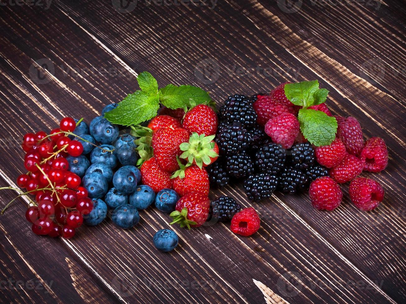 aardbeien, bosbessen, bramen, frambozen en bessen foto