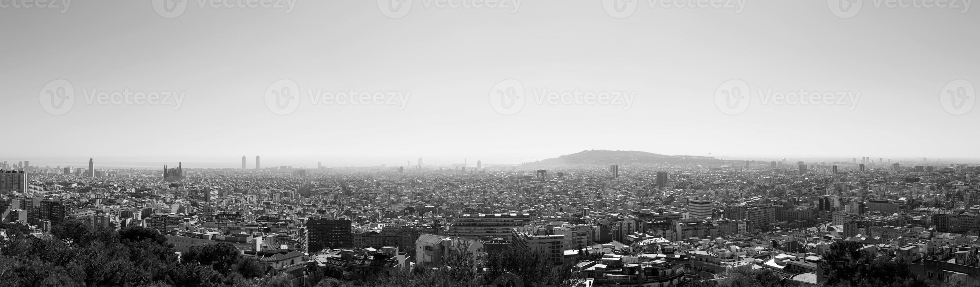 panoramisch uitzicht over barcelona en de Middellandse Zee foto