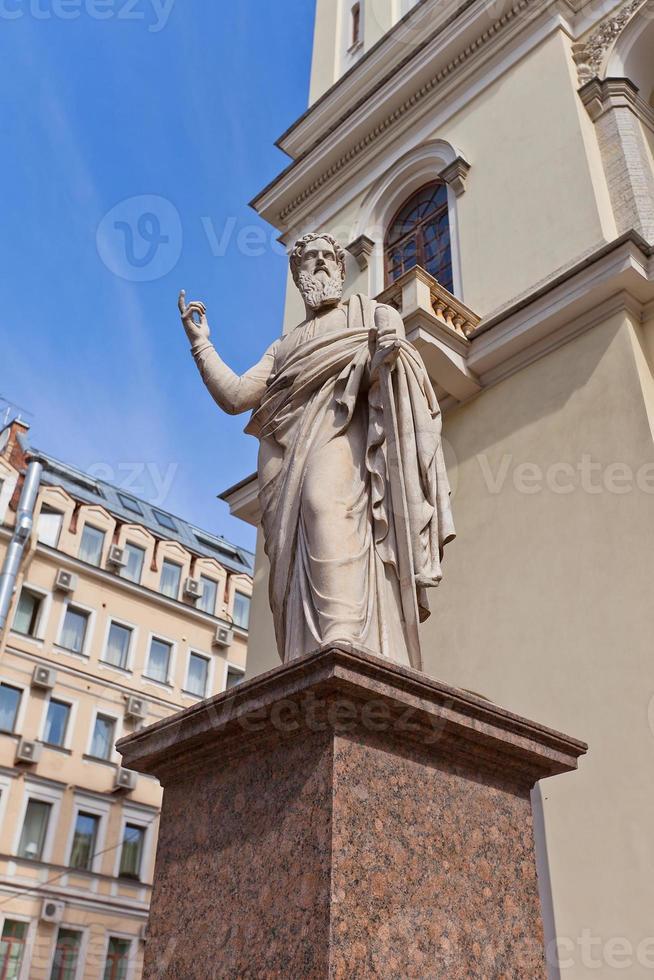 St. Paul standbeeld van St. Peter Lutheran kerk (1838) in St. Petersburg foto