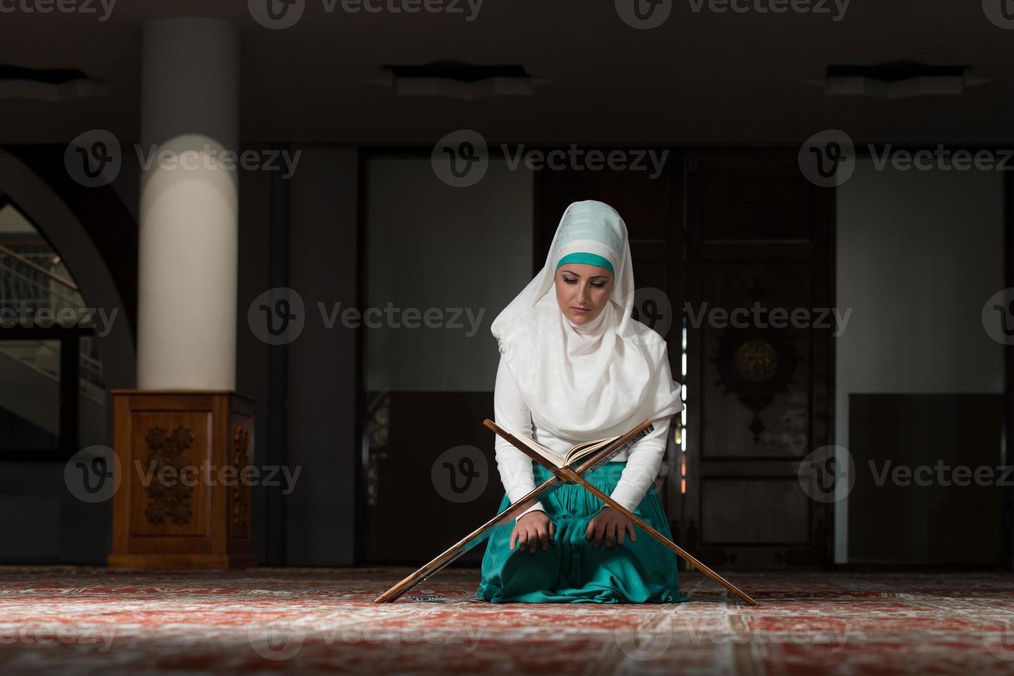 moslimvrouw die de koran leest foto