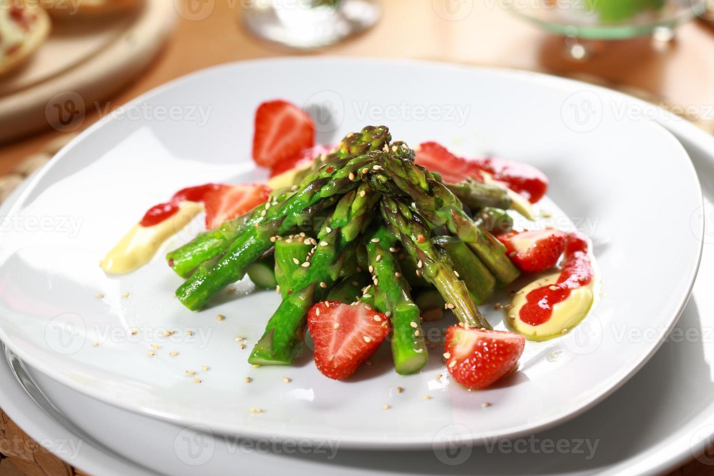 gekarameliseerde asperges met aardbei foto