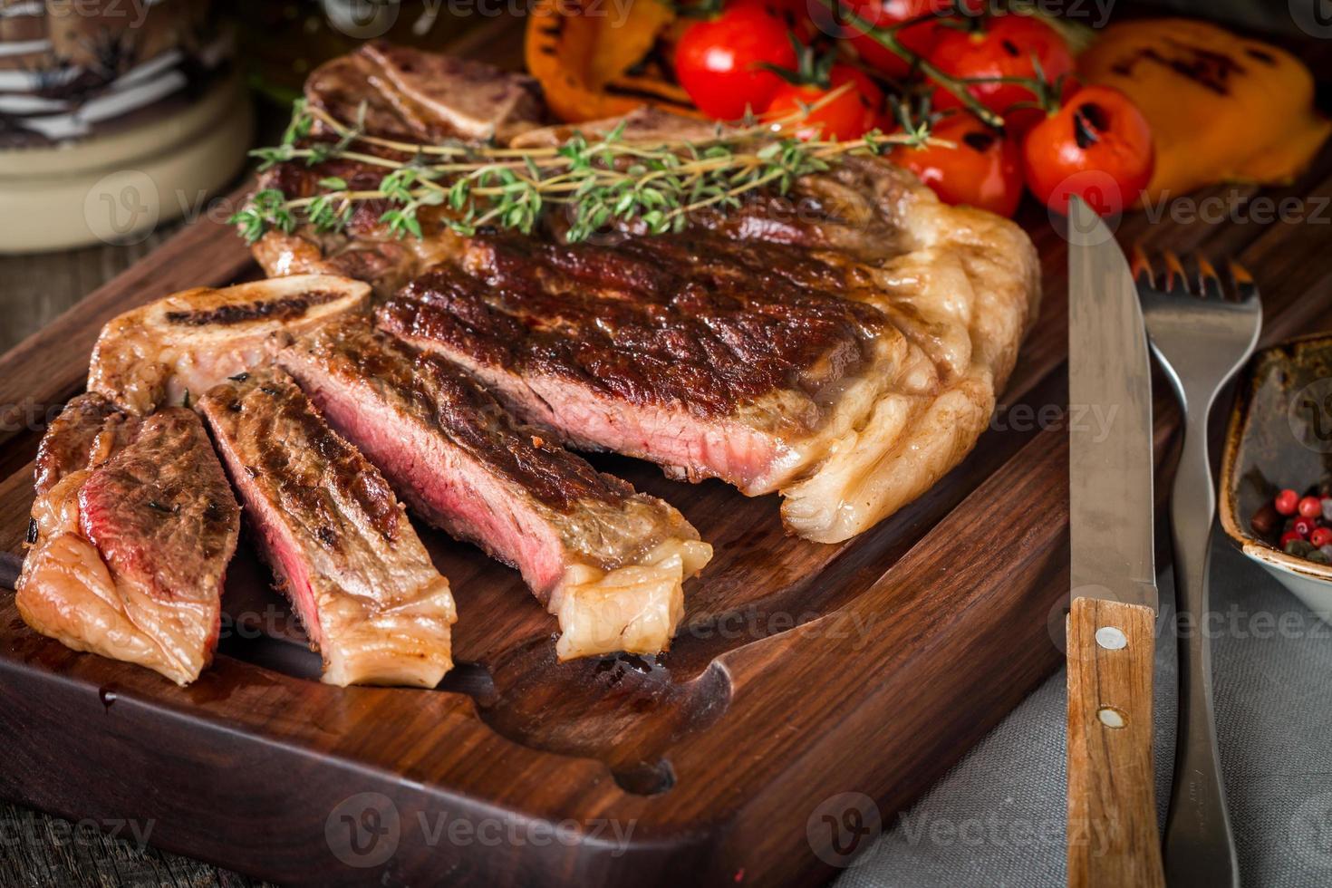 biefstuk met gegrilde groenten en kruiden foto
