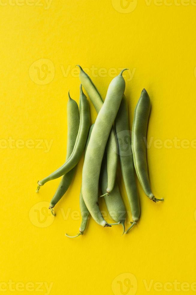 groene bonen op gele achtergrond foto