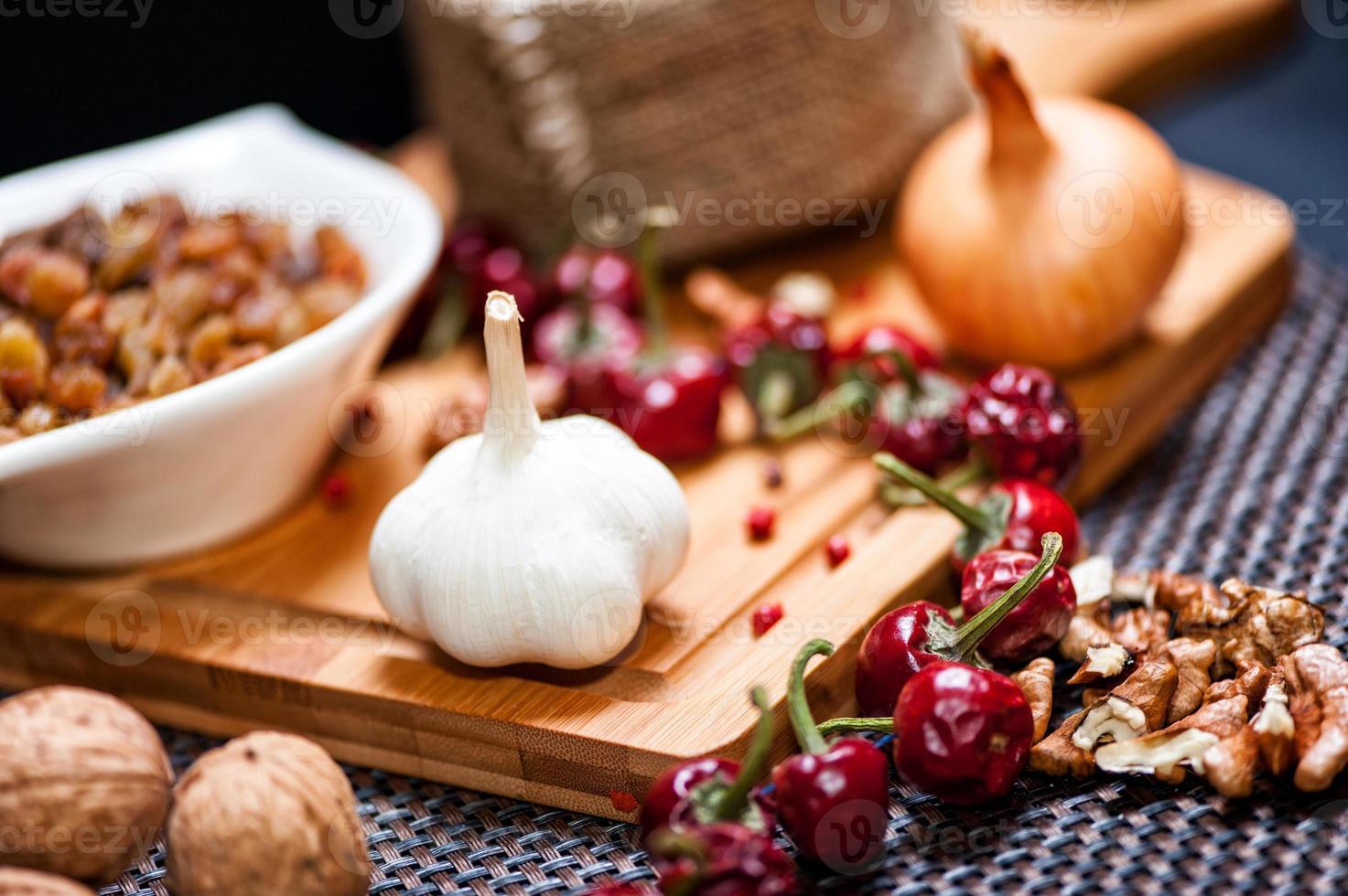 verse aromatische uien en knoflook klaar om te koken foto