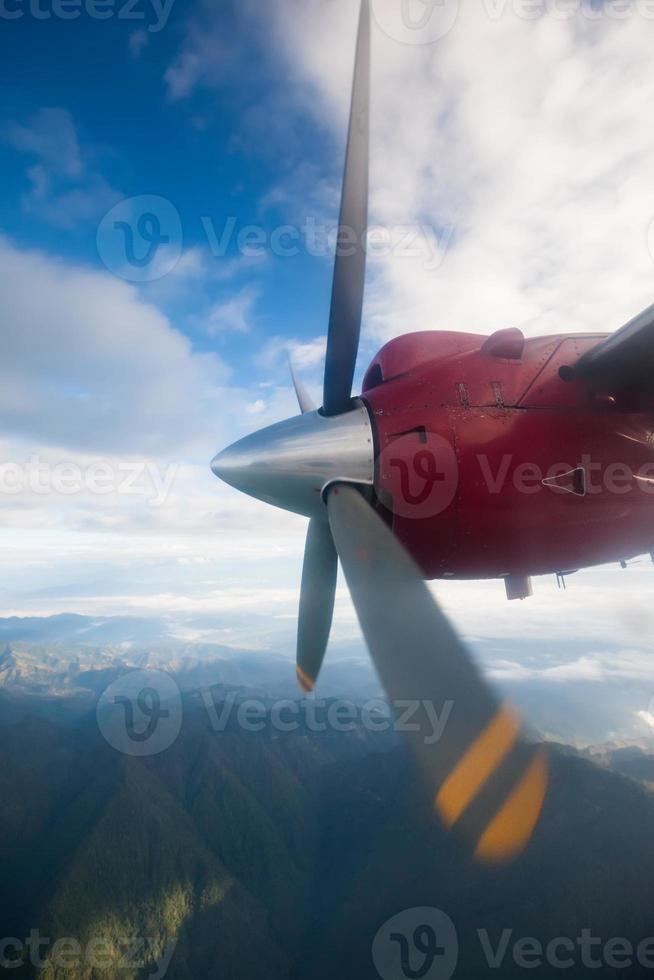 propellervliegtuig in de lucht boven de Himalaya foto