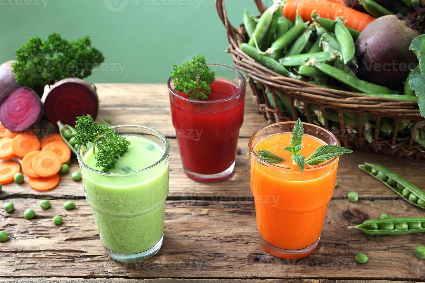 detox groenten smoothie op houten tafel foto