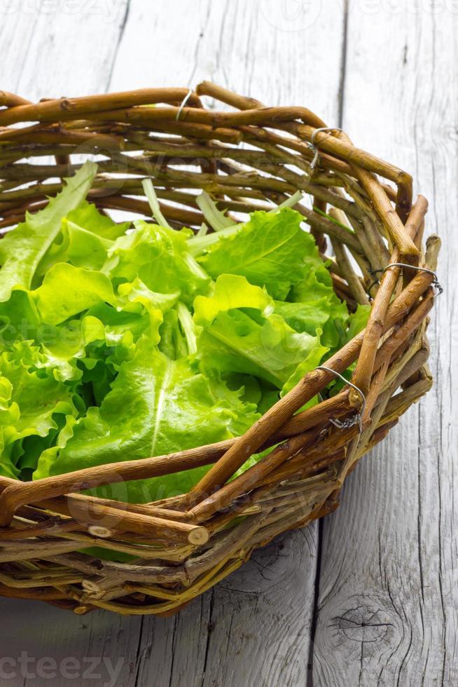 mandje met salade foto