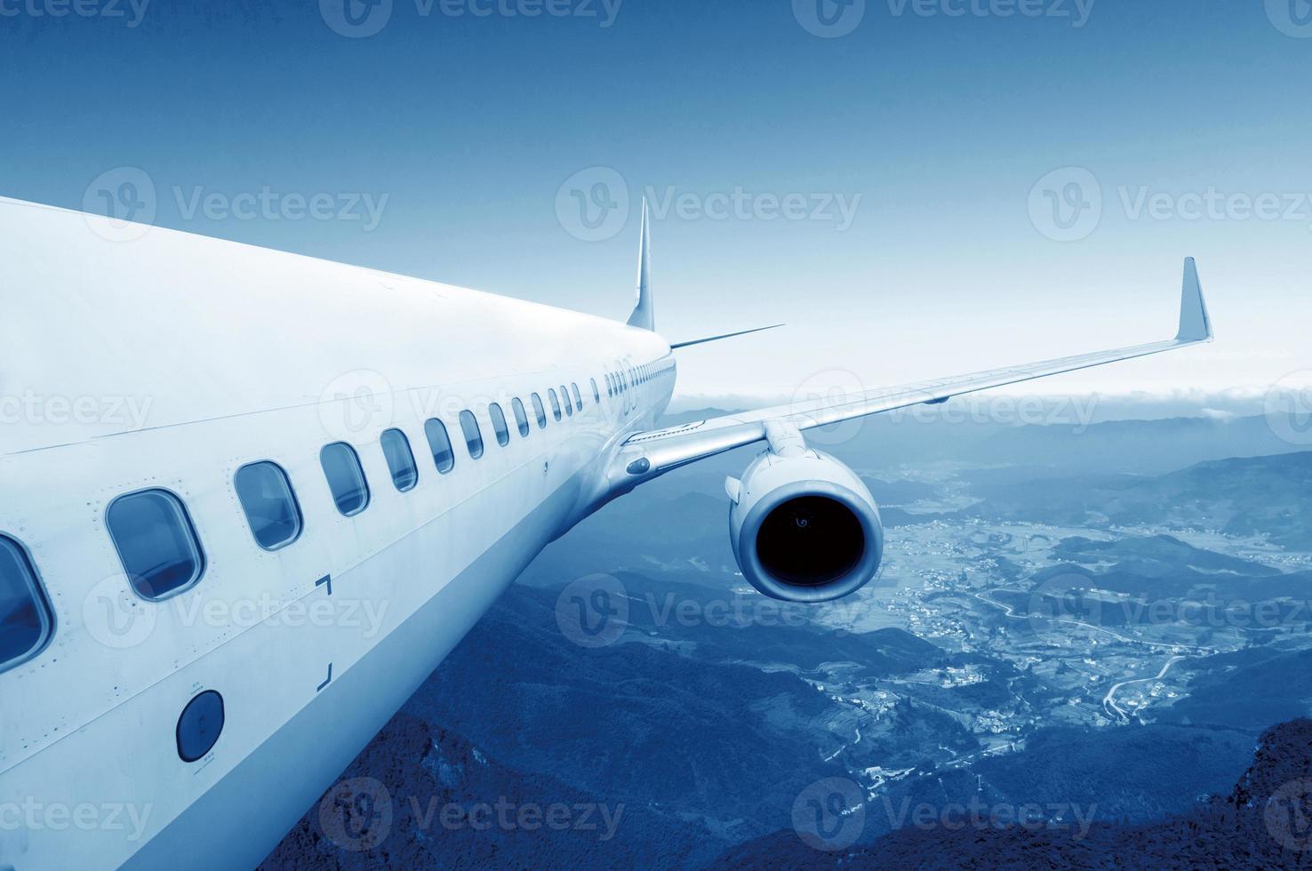 groot vliegtuig in de lucht foto