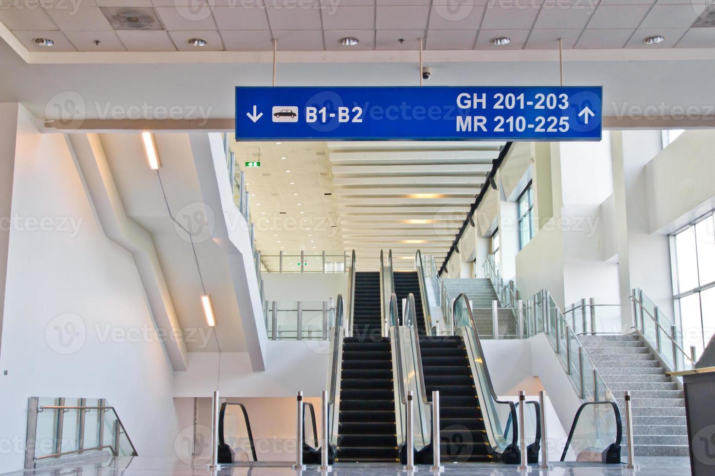 bewegende roltrap in de moderne luchthaventerminal foto