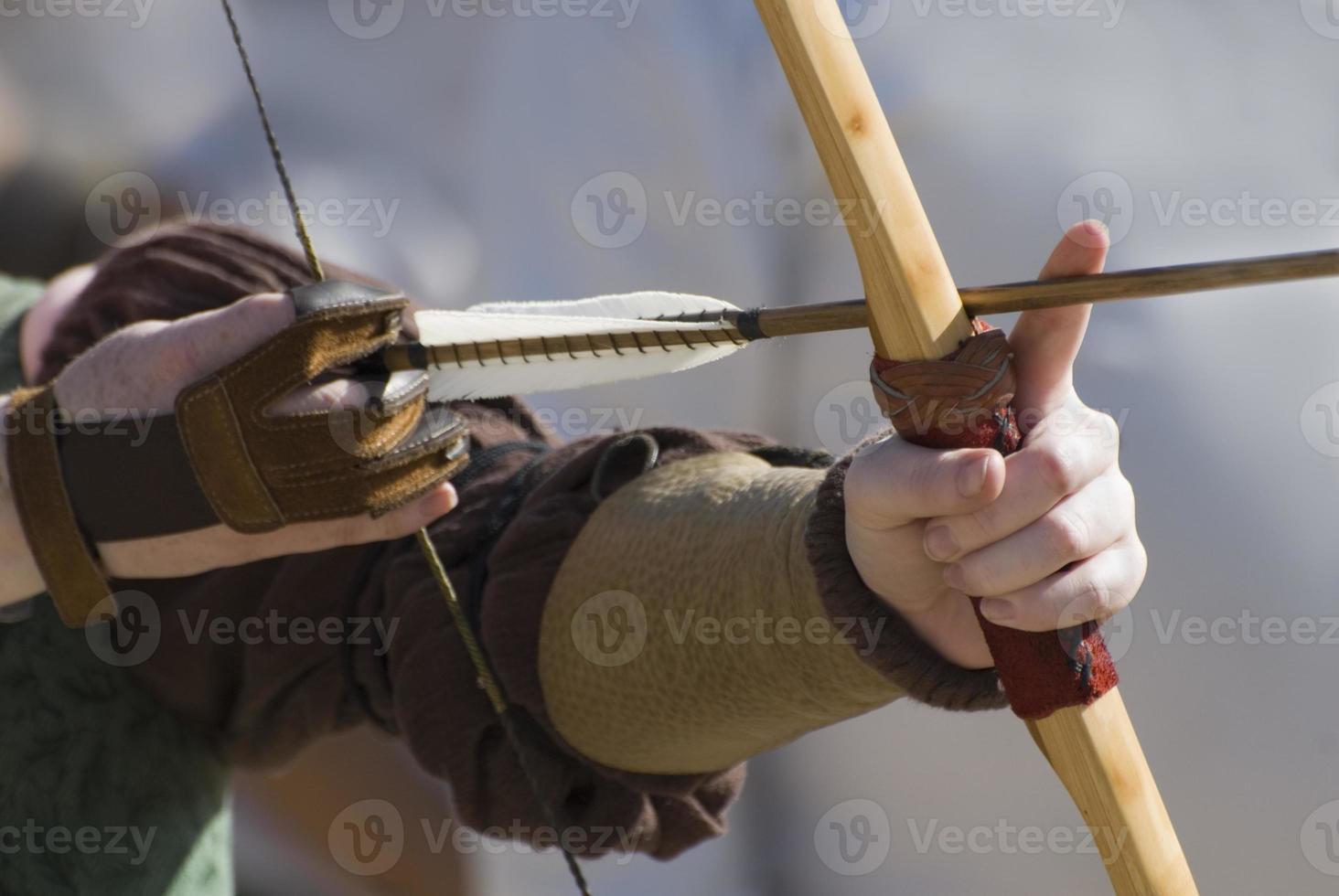 sluit omhoog foto van de handen van een boogschutter die zijn boog richten