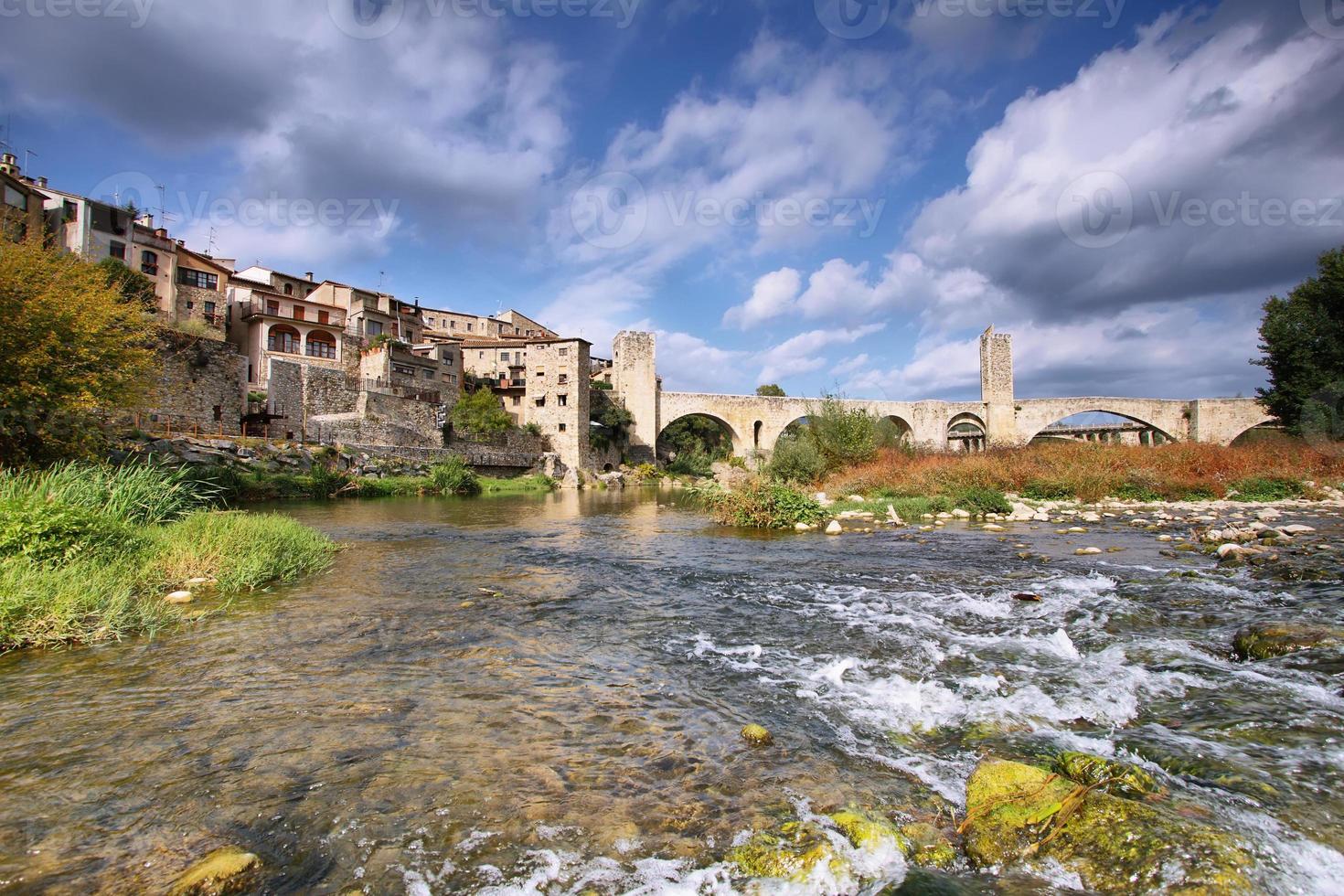 besalu middeleeuws dorpslandschap foto