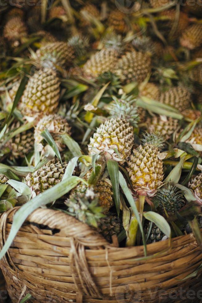 ananas in een rieten mand foto