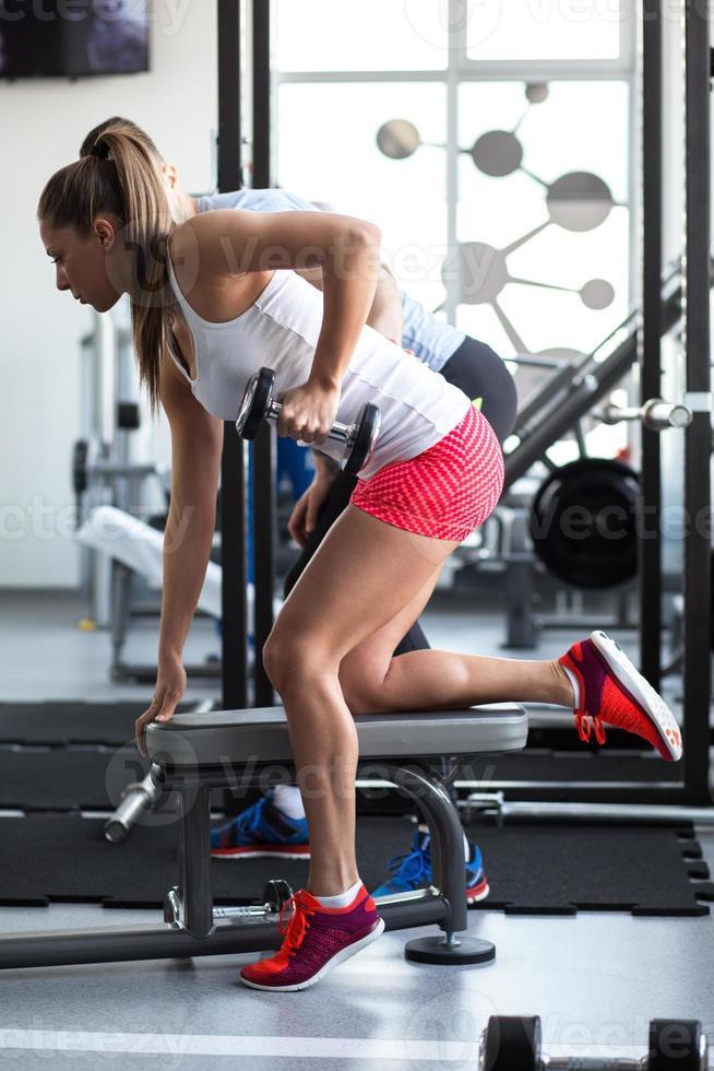 jonge vrouw in de sportschool foto