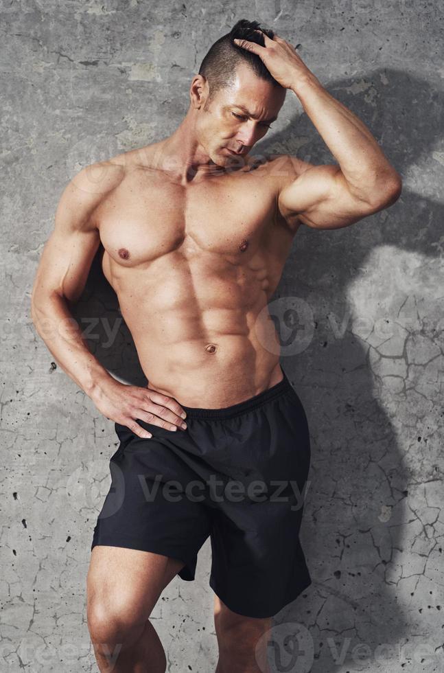 fitness model portret, gespierde man ontspannen. foto