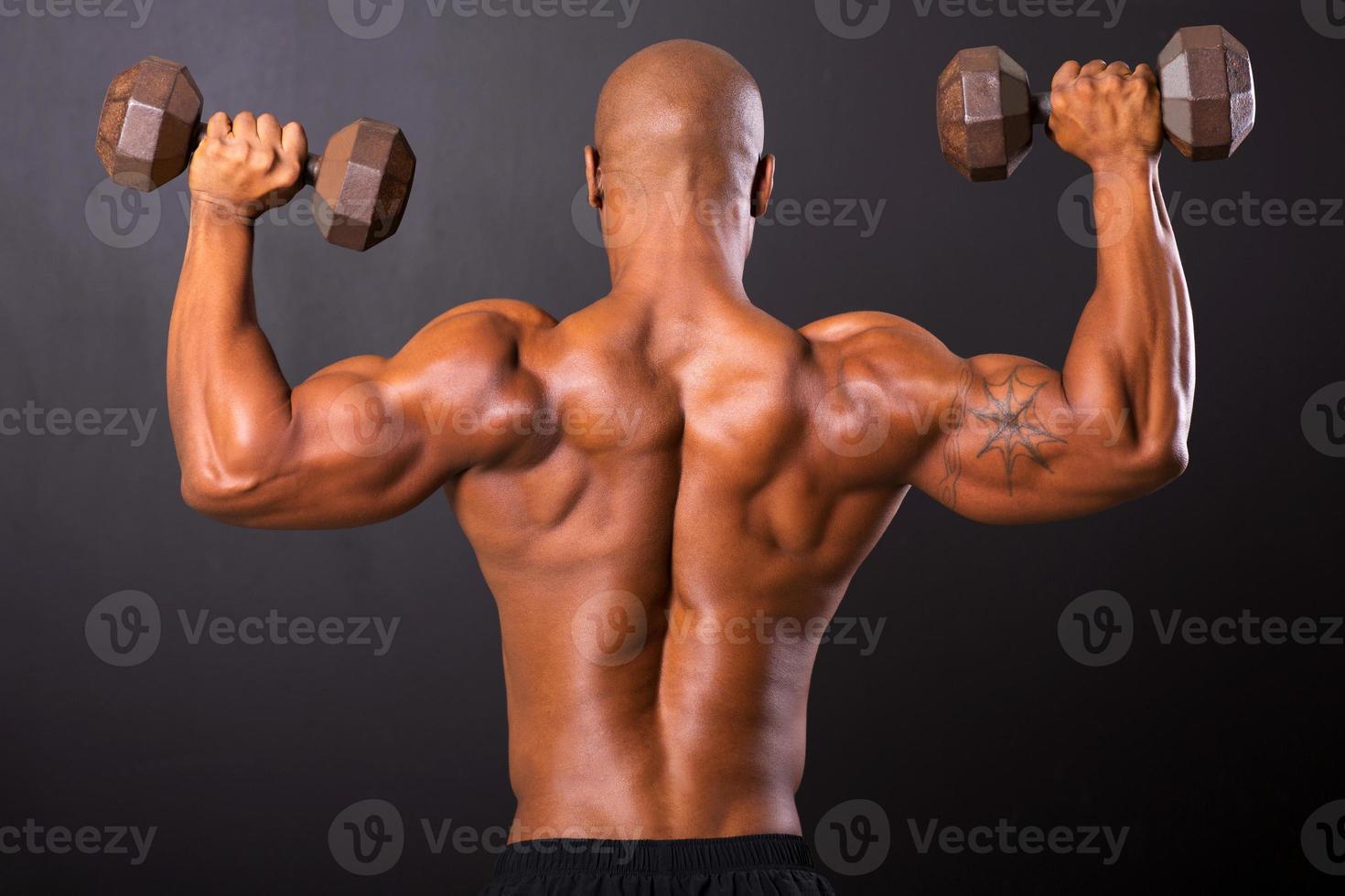 achteraanzicht van Afrikaanse bodybuilder opleiding foto