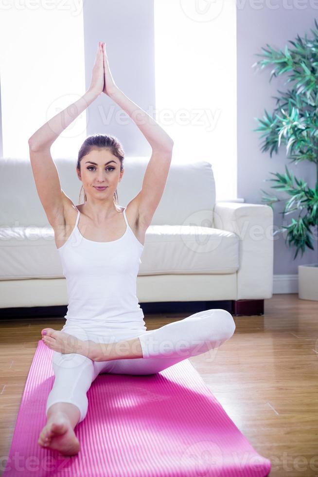 fit vrouw doet yoga op mat foto