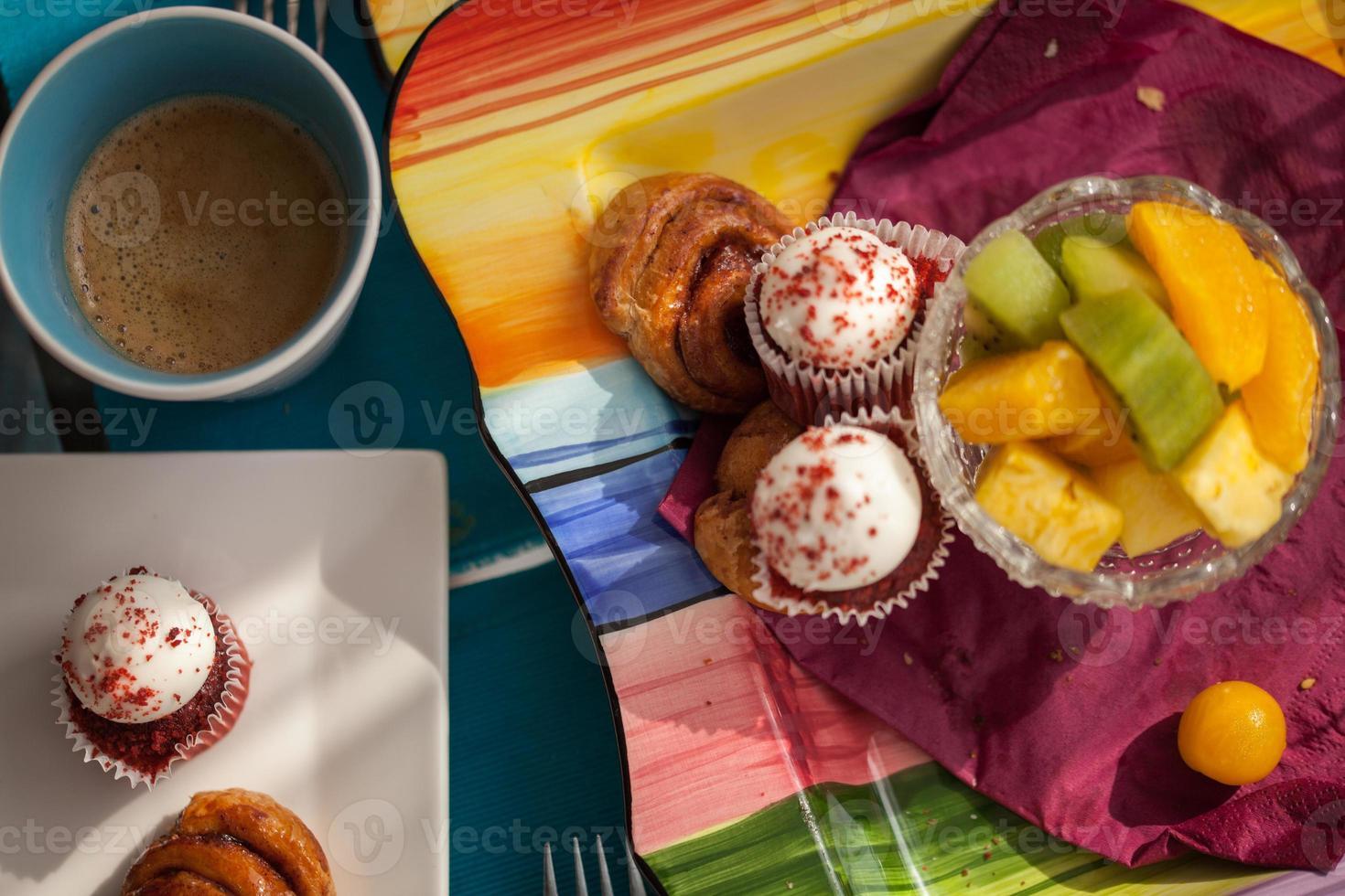 heerlijk ontbijt geserveerd op eettafel foto