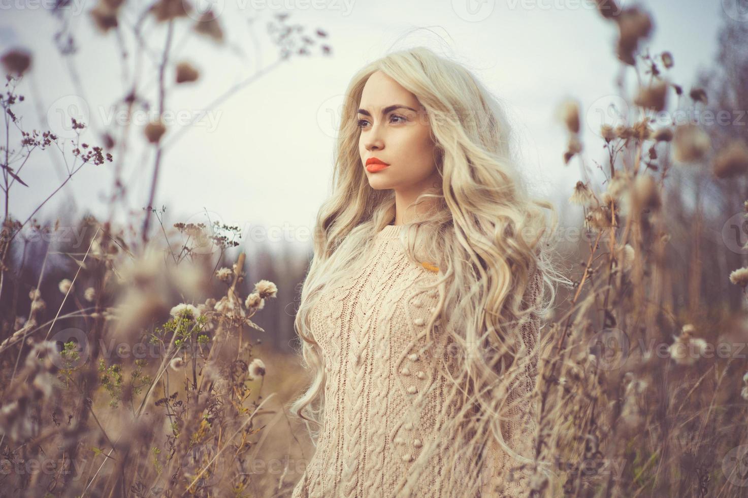 mooie dame in herfst landschap foto
