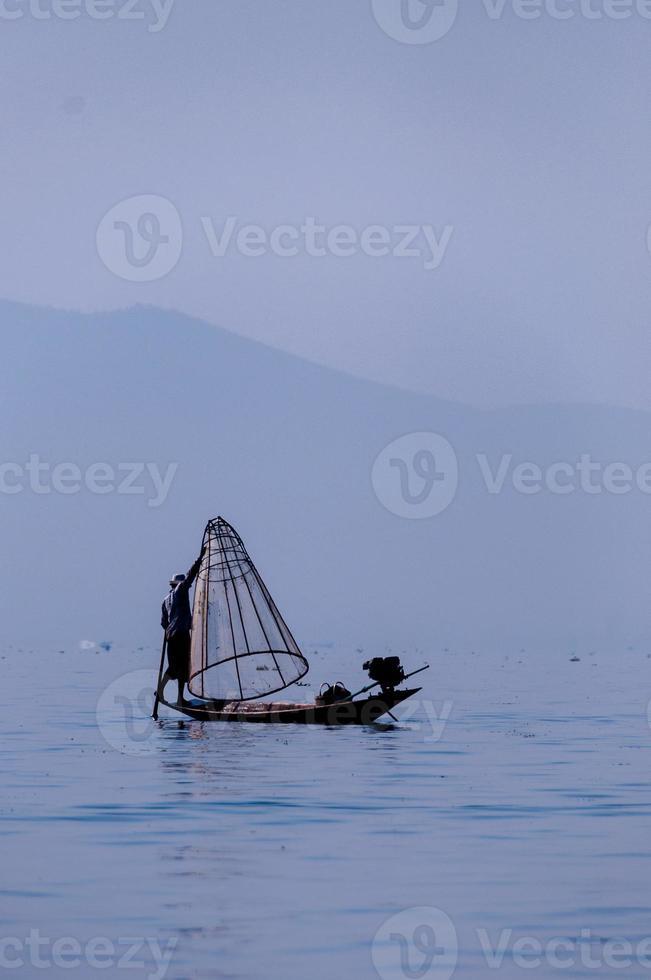 visser bij inlemeer werkt aan één voet foto