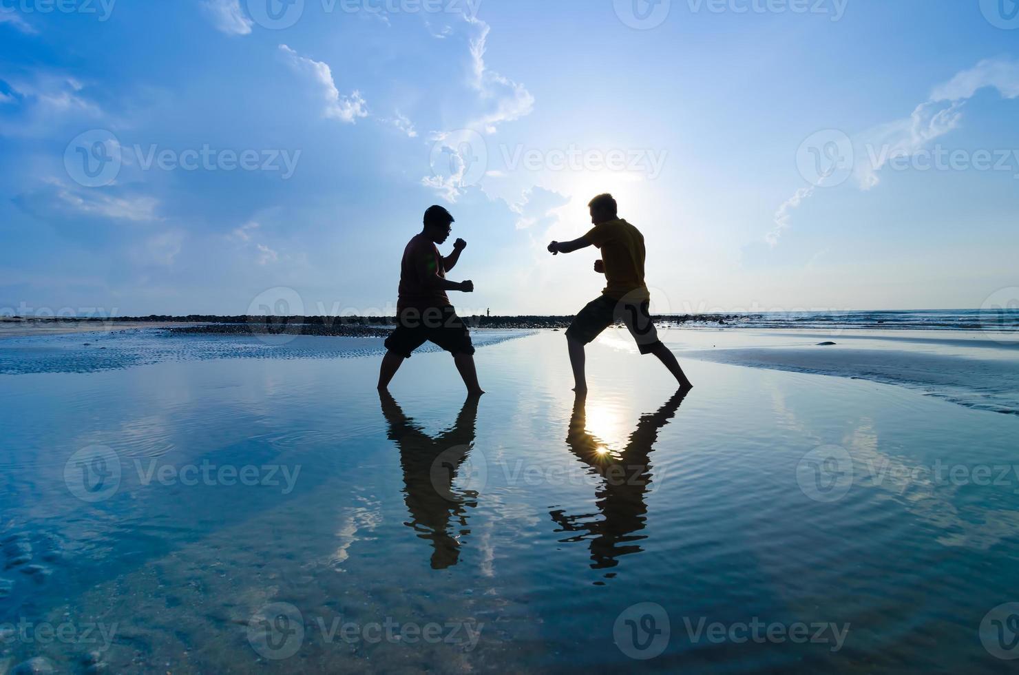 vechten tegen een vijand vlakbij het strand foto