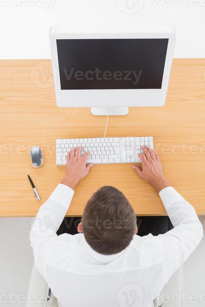 zakenman met behulp van zijn computer foto