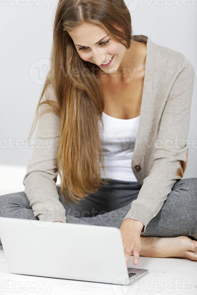 vrouw die op een laptop werkt foto