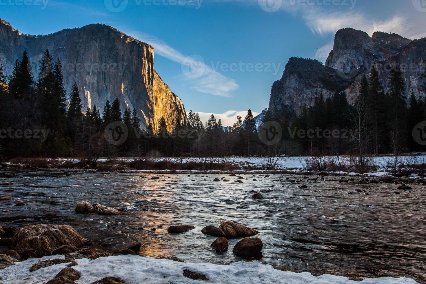 uitzicht op de vallei in de winter foto