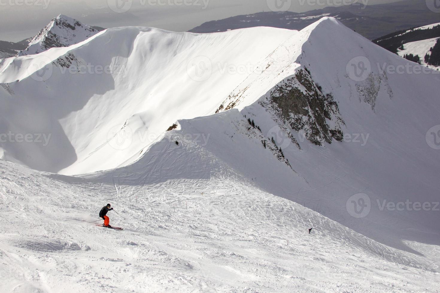 man met rode broek skiën in de Zwitserse Alpen foto