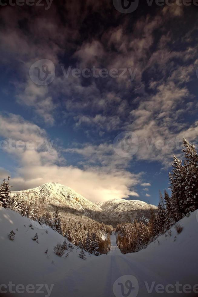 rotsachtige bergen in de winter foto