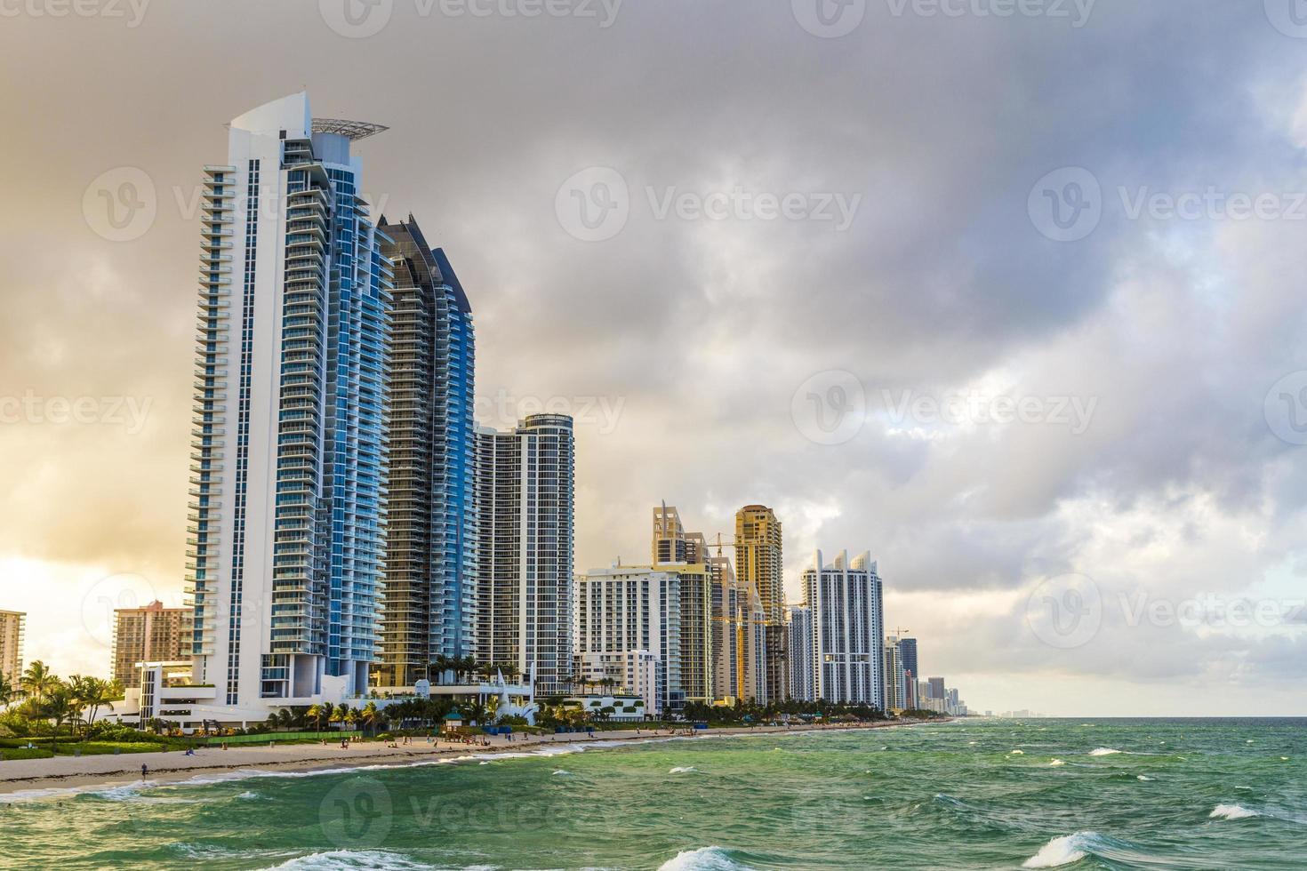 wolkenkrabber op zonnig eilandenstrand in Miami foto