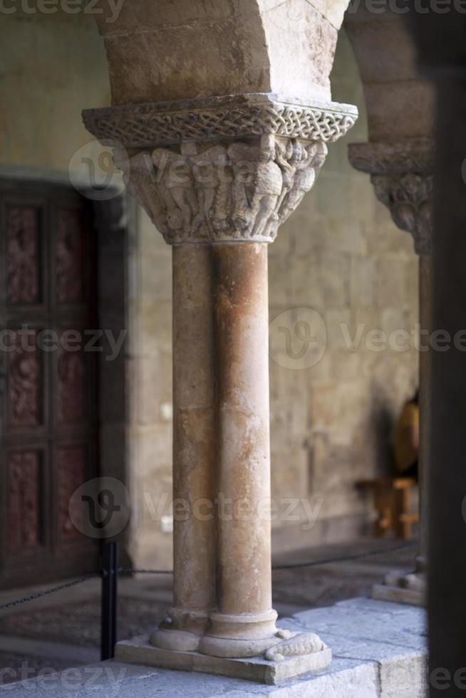 middeleeuwse zuil van het klooster van Santo Domingo de Silos foto