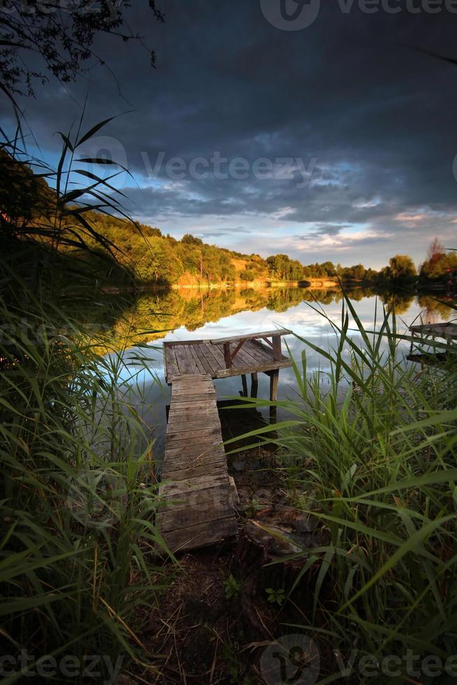 zonsondergang aan het meer foto