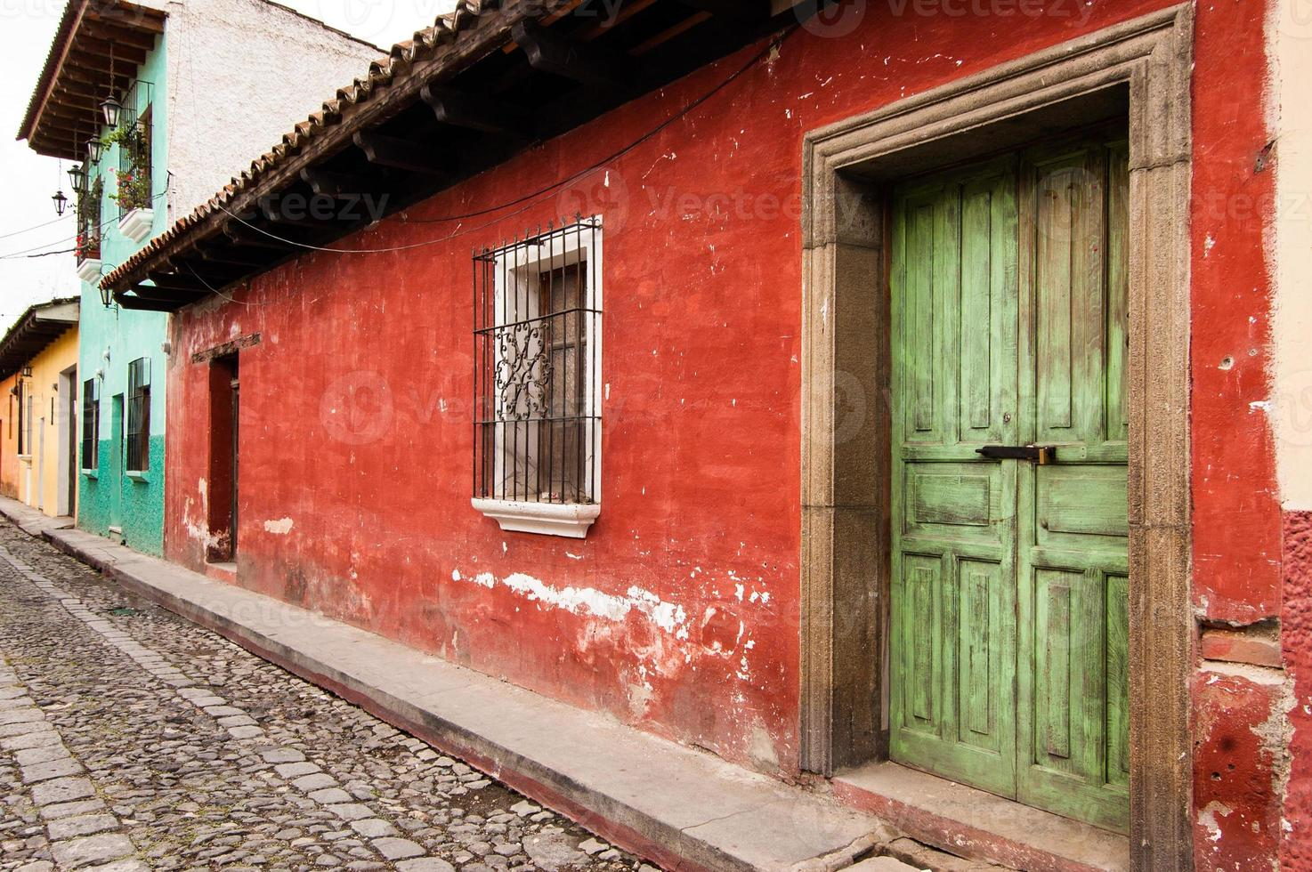 kleurrijk geschilderde huizen in koloniale stad foto
