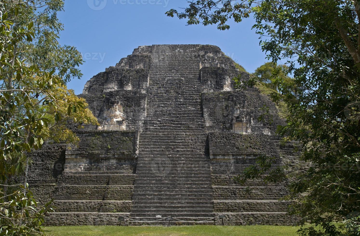 mundo perdido (verloren wereld), het oudste deel van tikal, guatemala foto