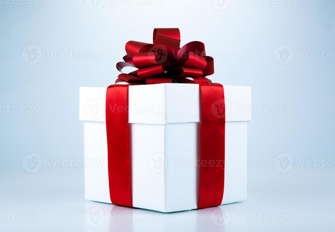 witte geschenkdoos met rood lint en strik foto