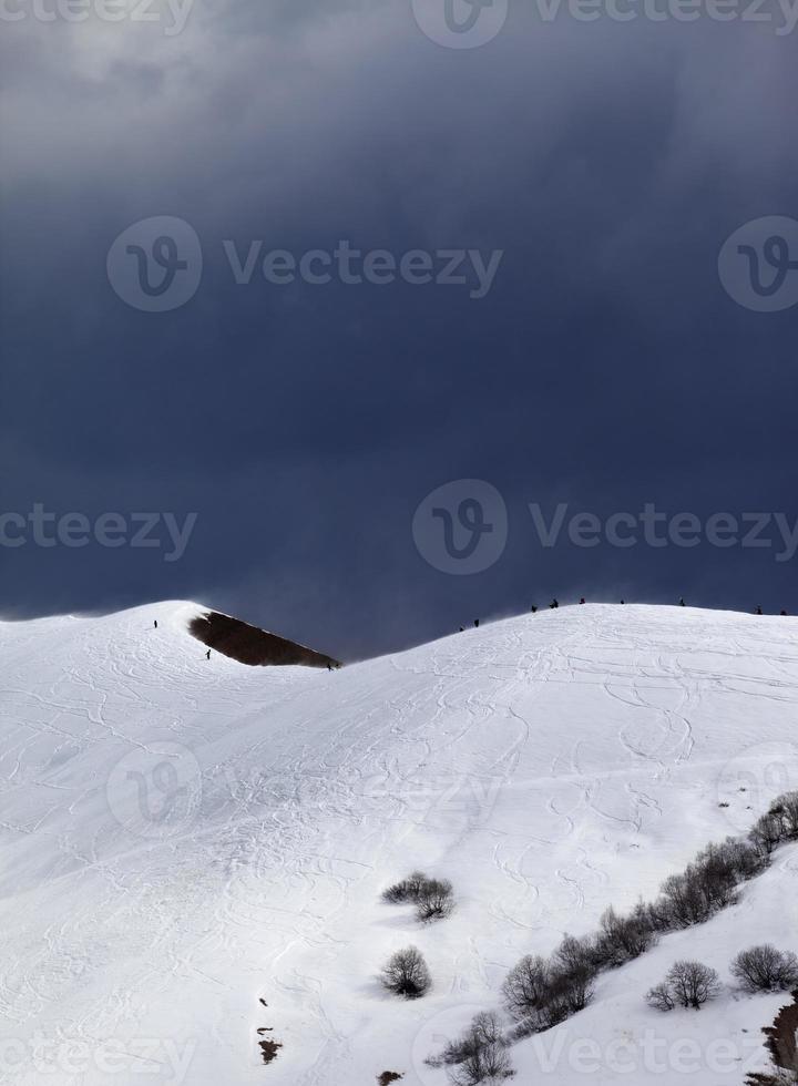 off-piste helling en bewolkte grijze lucht in winderige dag foto