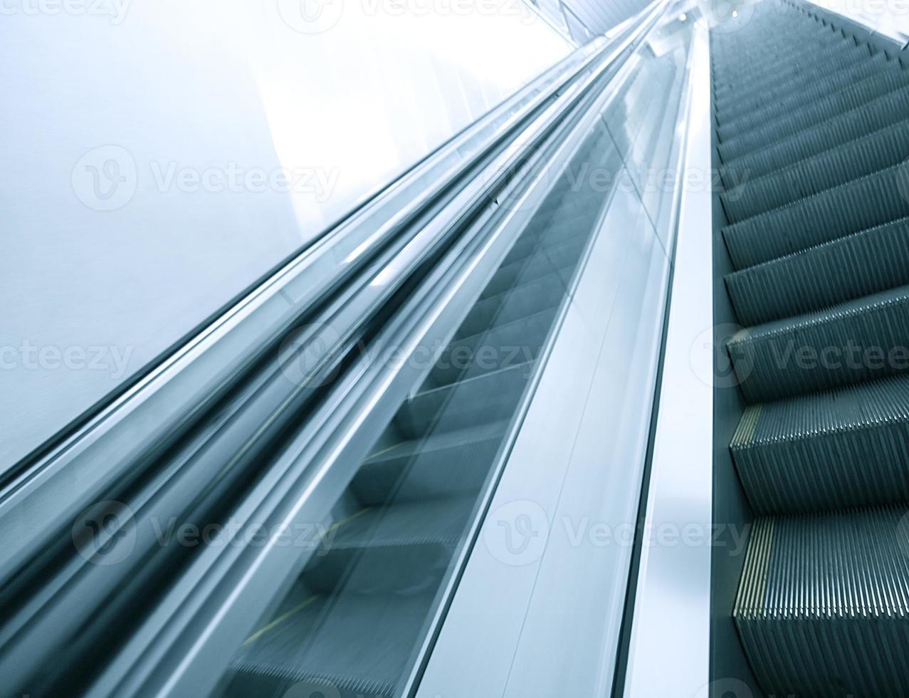 blauwe moderne roltrap in het zakencentrum foto