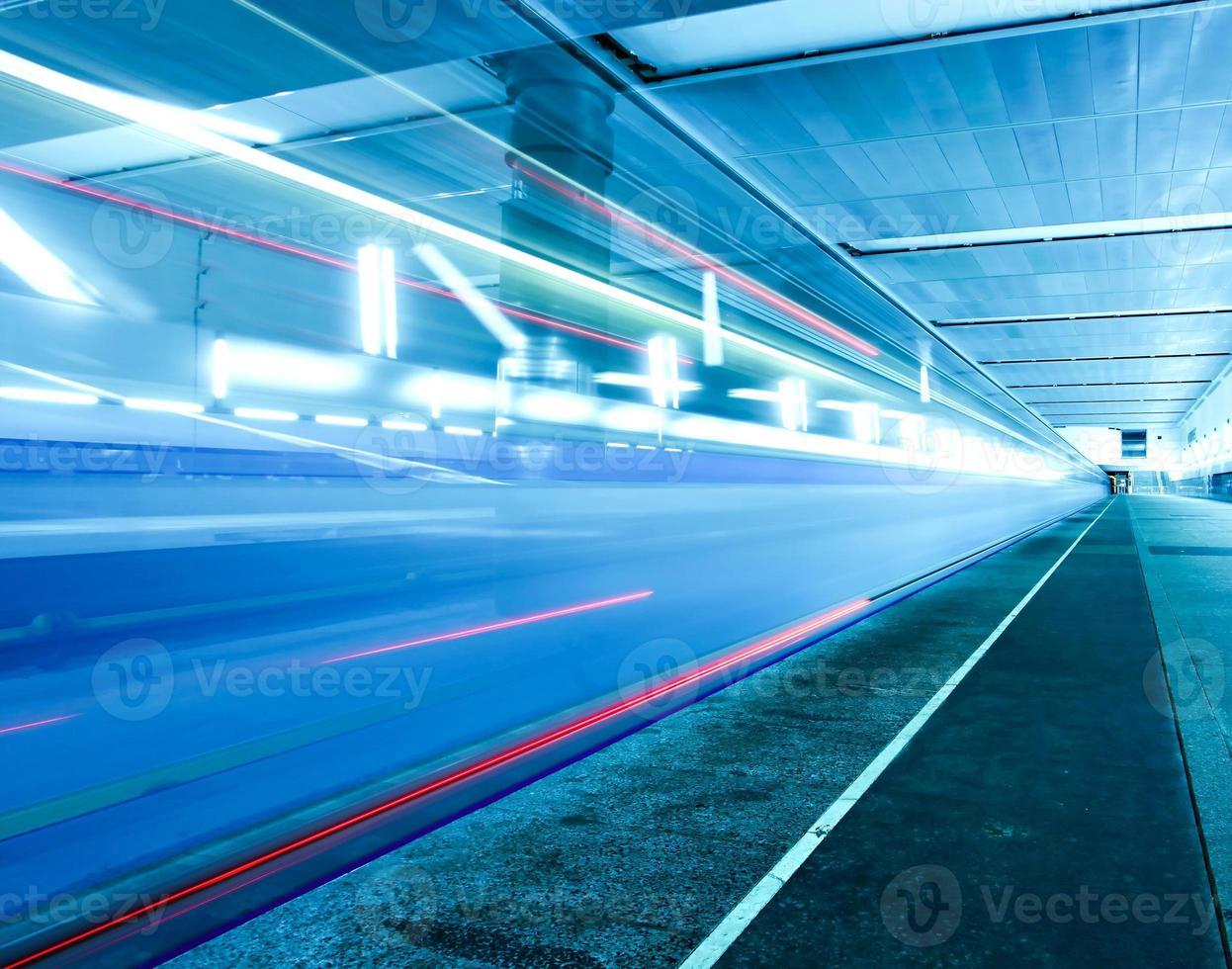 snel rijdende trein op ondergronds perron foto
