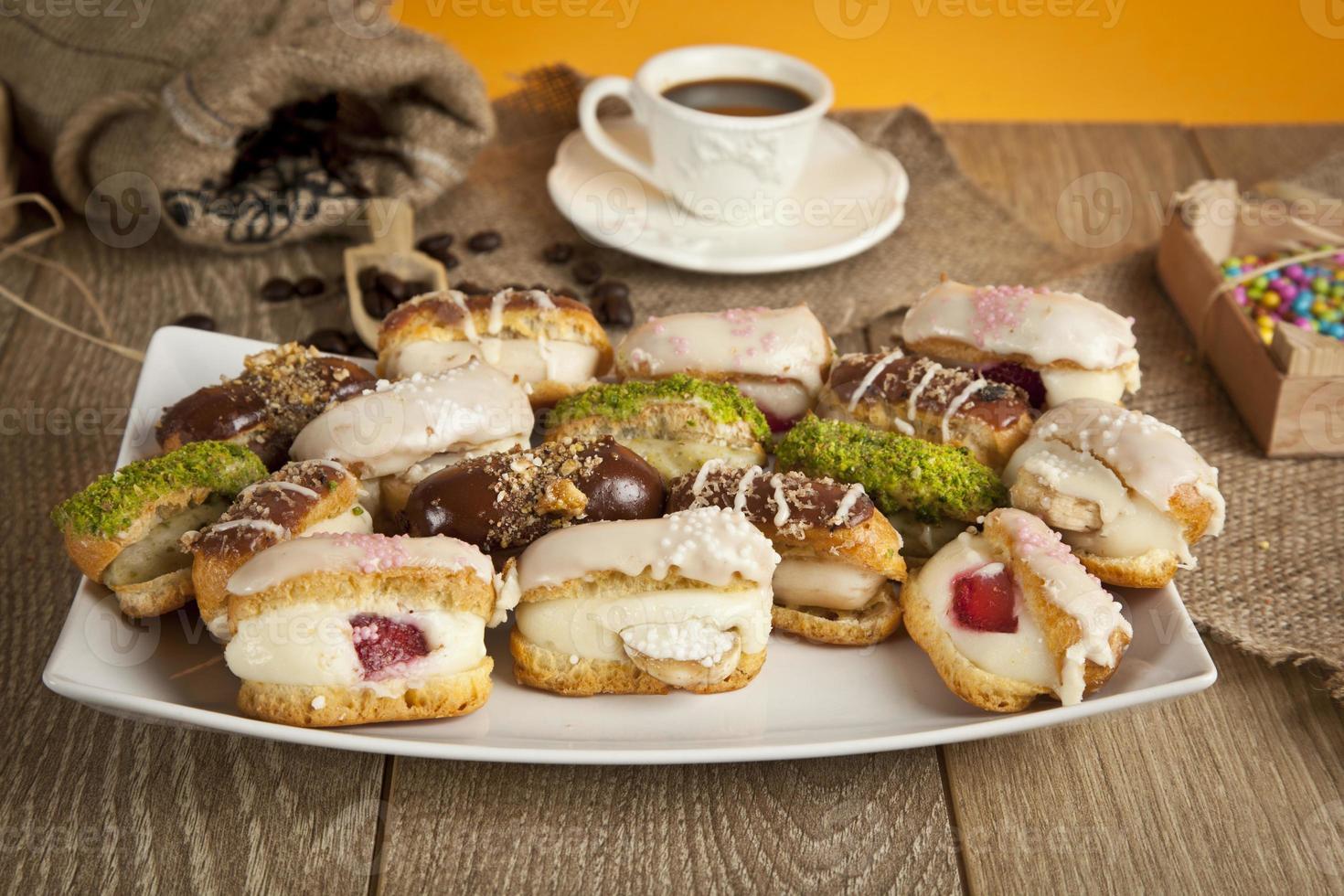 duitse dessertroomtaart chocolade, pistachenoten, banaan, aardbei, witte chocolade foto